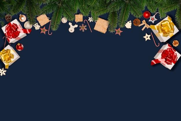 Weihnachtswohnung lag verzierungsdekoration mit kopienraum auf einem blauen hintergrund