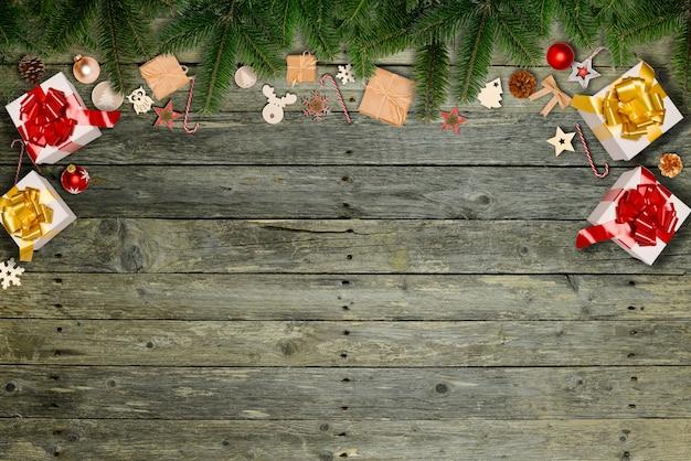 Weihnachtswohnung lag verzierungsdekoration mit kopienraum auf einem hölzernen tischhintergrund