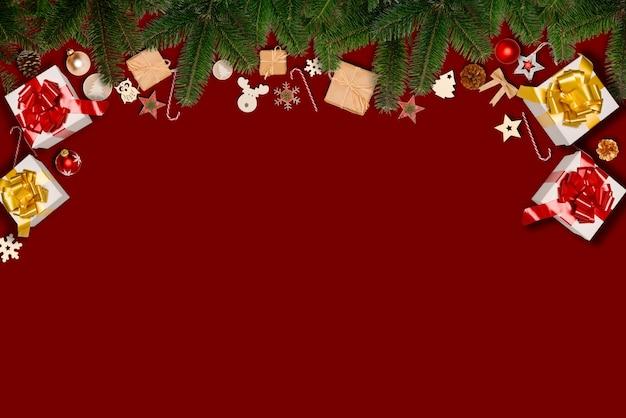 Weihnachtswohnung lag verzierungsdekoration mit kopienraum auf einem roten hintergrund