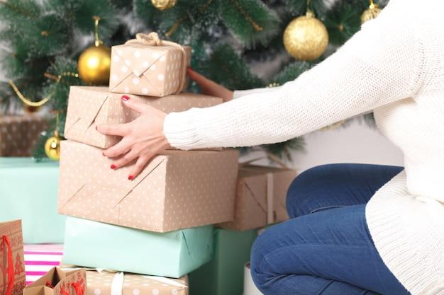 Weihnachtswohnzimmer mit weihnachtsbaum und geschenken darunter