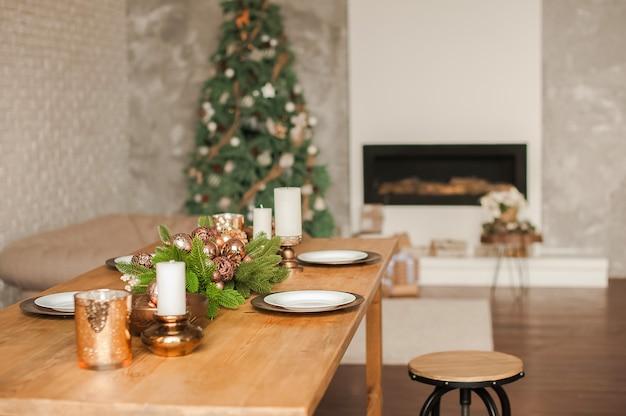 Weihnachtswohnzimmerdekor und kopienraum. rustikales wohnzimmer mit einem tisch für weihnachten.