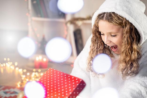 Weihnachtswunder, überraschungszaubergeschenkbox und junges mädchen