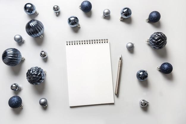 Weihnachtswunschliste mit blauen kugeln