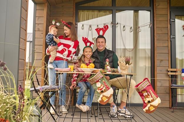 Weihnachtszeit. eine junge familie feiert weihnachten im landhaus