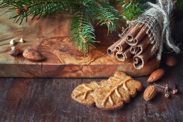 Weihnachtszeit, nahaufnahme auf mandelkeksen mit zimtstangen,