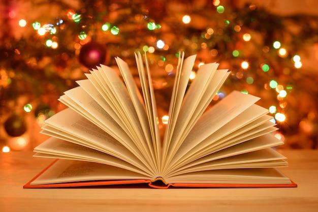 Weihnachtszeit offenes märchenbuch auf dem tisch