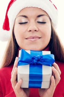 Weihnachtszeit - schöne frau, die geschenk hält