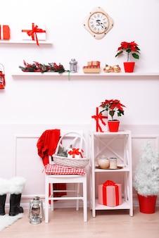 Weihnachtszimmer dekoriert.