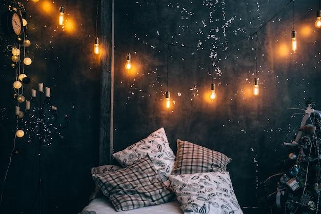 Weihnachtszimmer mit taschenlampen, urlaubsatmosphäre