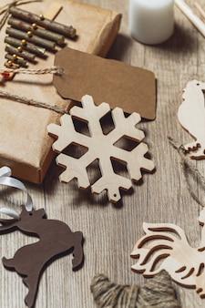 Weihnachtszubehör und neujahrsgeschenk auf hölzernem hintergrund