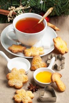 Weihnachtszuckerplätzchen mit schwarzem tee
