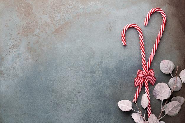 Weihnachtszuckerrohr gelogen auf blauem hintergrund