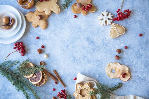 Weihnachtszuckerstange-lebkuchen auf blauem hintergrund