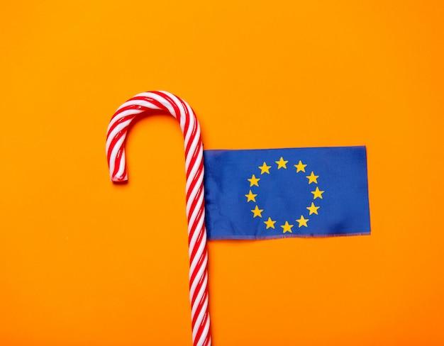 Weihnachtszuckerstange und flagge der europäischen union