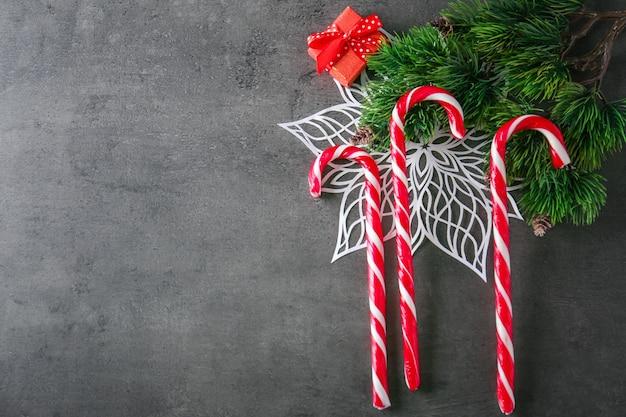 Weihnachtszuckerstangen auf grauem strukturiertem hintergrund