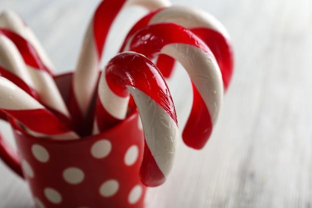 Weihnachtszuckerstangen in der tasse auf tischnahaufnahme