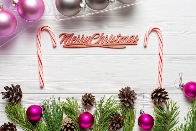 Weihnachtszusammensetzung auf dem weißen hölzernen hintergrund