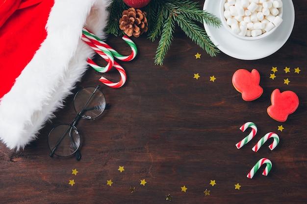 Weihnachtszusammensetzung auf dunklem hintergrund mit süßigkeit