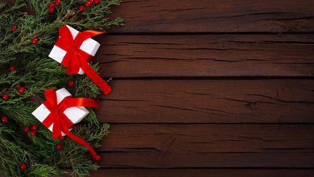 Weihnachtszusammensetzung auf einem hölzernen hintergrund