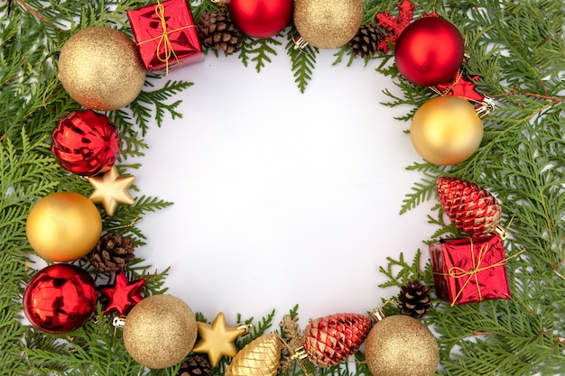 Weihnachtszusammensetzung auf einem weißen blatt mit kugeln und kegeln eines weihnachtsbaums