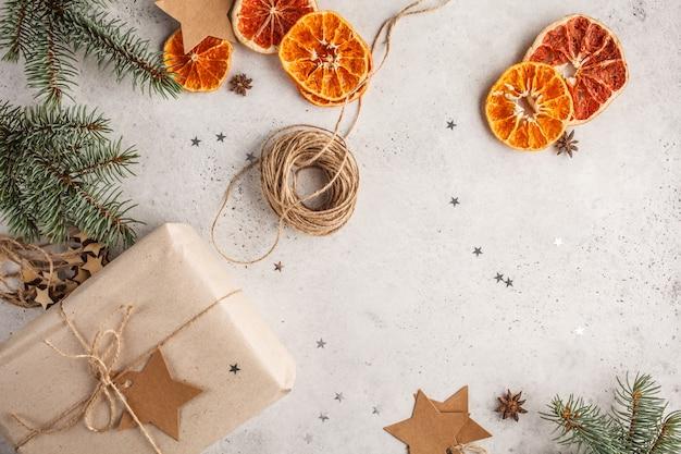 Weihnachtszusammensetzung auf einem weißen hintergrund. geschenke und weihnachtsschmuck.
