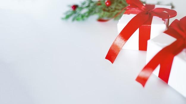 Weihnachtszusammensetzung auf einem weißen hintergrund