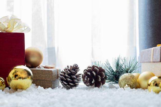 Weihnachtszusammensetzung auf schneeflockenhintergrund.