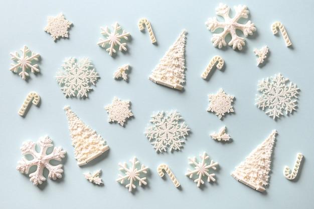 Weihnachtszusammensetzung der weißen feiertagsspielzeugdekoration auf blau. weihnachtshintergrund.