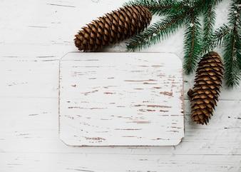 Weihnachtszusammensetzung des hölzernen Brettes und der Kegel