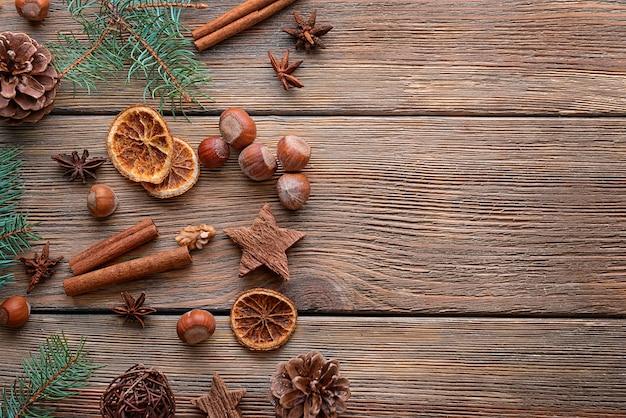Weihnachtszusammensetzung des natürlichen dekors auf hölzernem hintergrund