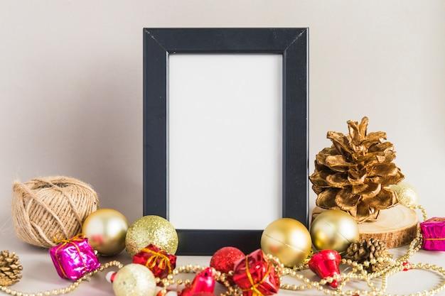 Weihnachtszusammensetzung des rahmens mit flitter auf tabelle