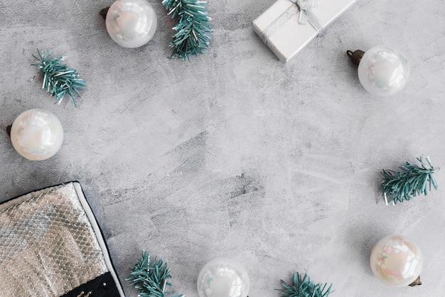 Weihnachtszusammensetzung des weißen flitters mit niederlassungen