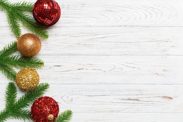 Weihnachtszusammensetzung gemacht vom tannenbaum, von den bällen und von den verschiedenen dekorationen auf hölzernem.