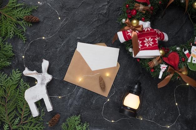 Weihnachtszusammensetzung. geschenke, umschlag, tannenzweige, weiße dekorationen. weihnachten, winter, neujahrskonzept. flache lage, draufsicht, kopienraum