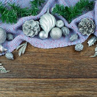 Weihnachtszusammensetzung, glänzende ballnusskegel-niederlassungszeder verlässt silber