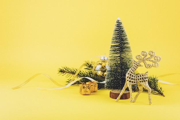 Weihnachtszusammensetzung, grußkarte mit immergrünen baumasten des nadelbaums