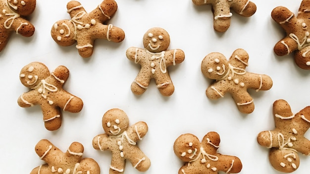 Weihnachtszusammensetzung lebkuchen männer cookies