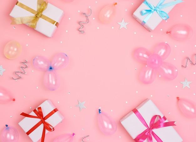Weihnachtszusammensetzung mit dekorationen und geschenkbox mit bögen und sternkonfettis