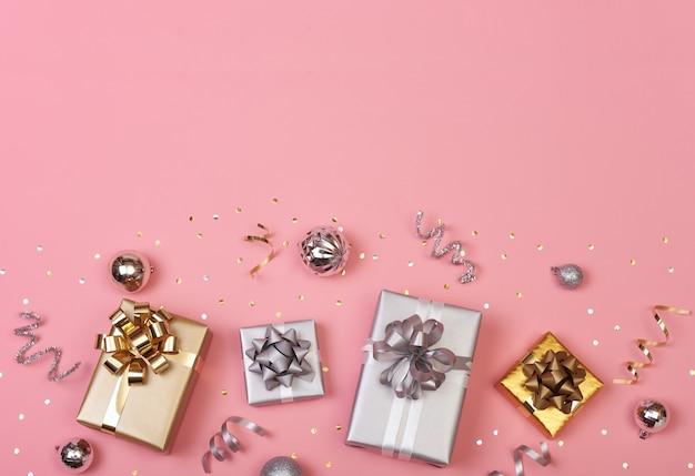 Weihnachtszusammensetzung mit dekorationen und geschenkbox mit goldenem