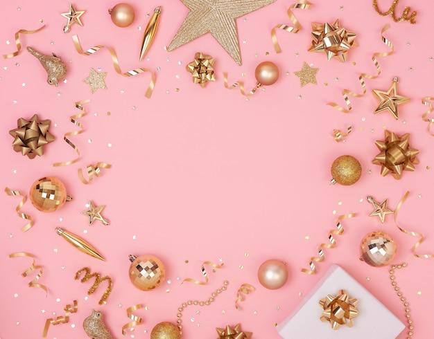 Weihnachtszusammensetzung mit dekorationen und geschenkbox mit goldenen bögen und sternkonfettis