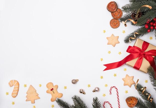 Weihnachtszusammensetzung mit dekorationen und geschenkbox mit weihnachtsplätzchen und sternkonfettis