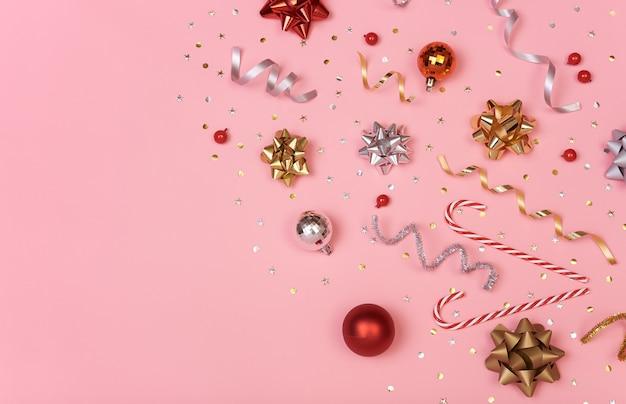 Weihnachtszusammensetzung mit dekorationen und goldenen bögen und stern
