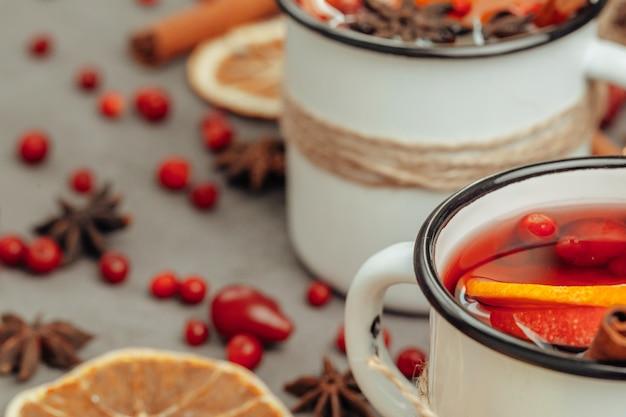 Weihnachtszusammensetzung mit heißem glühwein in der rustikalen schale