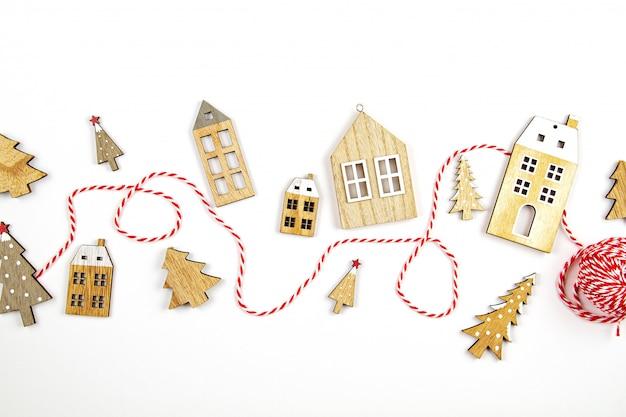 Weihnachtszusammensetzung mit hölzernen dekorationen. saisonale feiertage, grußkarte, einladung für weihnachtsfeier