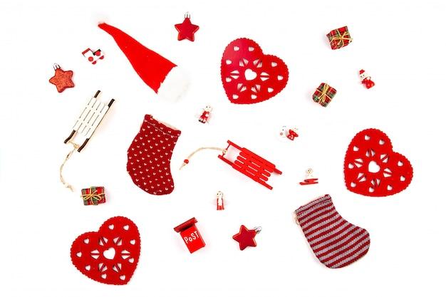 Weihnachtszusammensetzung mit hölzernen dekorationen über dem weißen hintergrund.