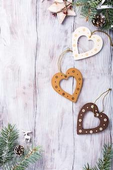 Weihnachtszusammensetzung mit hölzernen herzen