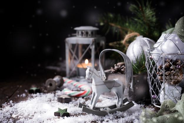 Weihnachtszusammensetzung mit kiefernkegel