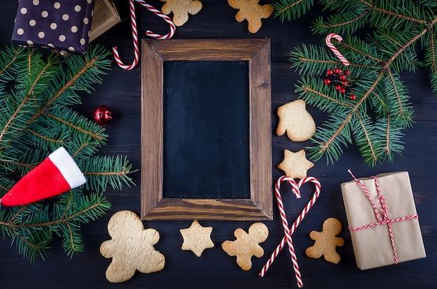 Weihnachtszusammensetzung mit lebkuchen auf holztisch