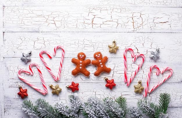 Weihnachtszusammensetzung mit lebkuchenmann und zuckerstange