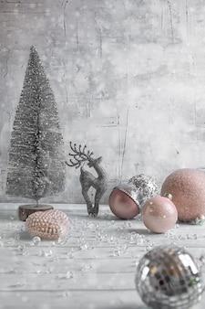 Weihnachtszusammensetzung mit ren, weihnachtsbällen und einem baum